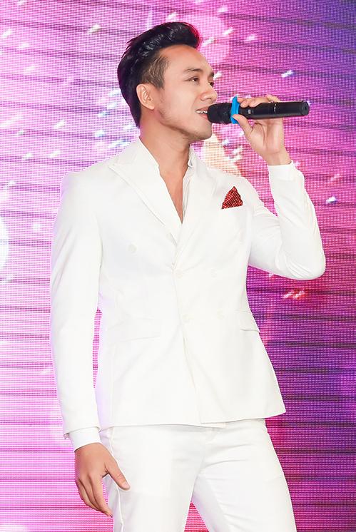 Ca sĩ Dương Quốc Hưng góp vui ở bữa tiệc bằng những ca khúc sôi động.