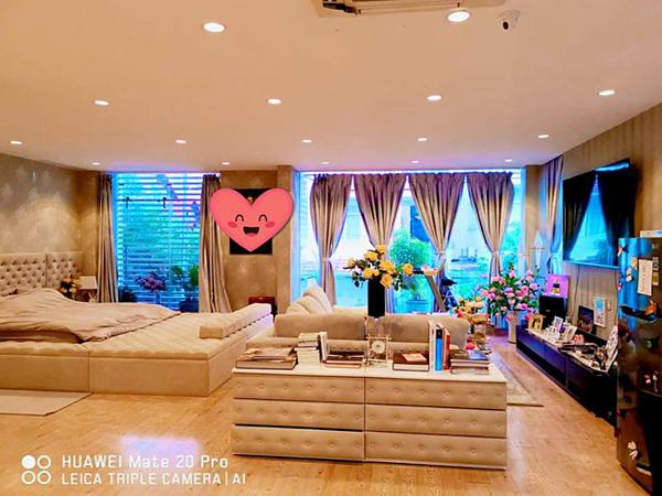 Trong hình là một góc căn phòng ngủ master với diện tích 160 m2. Căn phòng có đủ mọi tiện nghi để tiếp khách, làm việc... tương đương phòng VIP của khách sạn 5 sao.