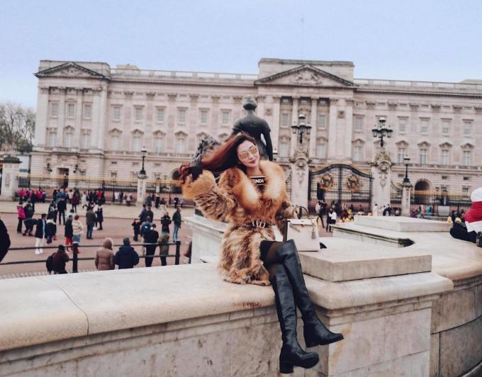 <p> Trong chuyến du lịch đến Anh gần đây, cô mặc trang phục hàng hiệu từ đầu đến chân và thư giãn tại những khu nghỉ dưỡng cao cấp.</p>