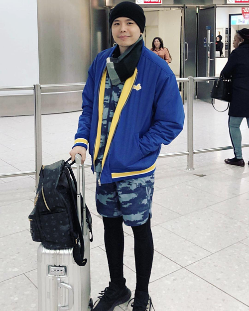Trịnh Thăng Bình đáp xuống sân bay ở Anh với phong cách thời trang trên đông dưới hè.