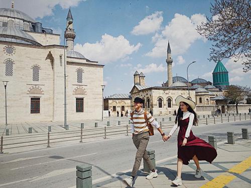 Phương Nga - Bình An nắm tay nhau sải bước tại Thổ Nhĩ Kỳ. Phong cách đáng yêu của cặp đôi nhận phản ứng tích cực từ người hâm mộ.