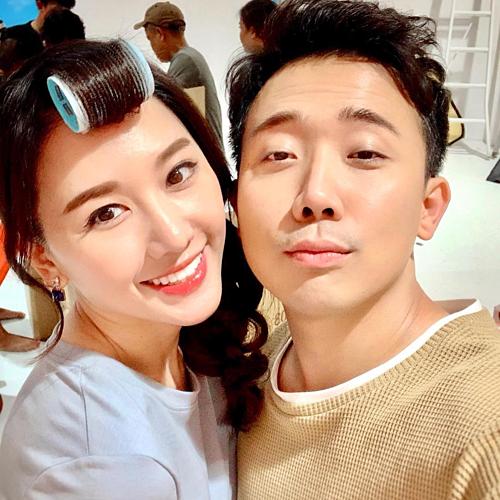 Vợ chồng Hari Won - Trấn Thành tranh thủ selfie trong hậu trường.