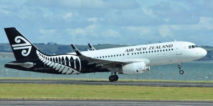 """<p> <strong>8. Air New Zealand, New Zealand</strong></p> <p> Mặc dù giảm 6 bậc so với năm 2018, Air New Zealand vẫn được xếp hạng là hãng hàng không có ghế hạng Phổ thông đặc biệt tốt nhất. """"Tôi rất ấn tượng với dịch vụ và chuyến bay nói chung. Có rất nhiều lựa chọn phim và các chương trình để xem trong chuyến bay. Đồ ăn ngon và không gian rất tuyệt vời,"""" một hành khách nhận xét.</p>"""