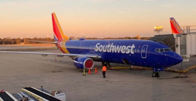 <p> <strong>6. Southwest Airlines, Mỹ</strong></p> <p> Hãng hàng không có trụ sở tại Dallas đứng ở vị trí thứ sáu trên bảng xếp hạng. Southwest cũng là hãng hàng không giá rẻ lớn nhất thế giới. Hãng này cung cấp miễn phí đồ uống không cồn và snack trên chuyến bay.</p>