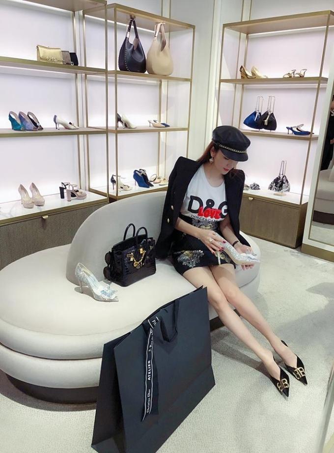 <p> Một lần đi du lịch tại Singapore, người đẹp sinh năm 1993 không ngại vung tiền để sở hữu những món hàng hiệu xa xỉ của các thương hiệu đình đám như Gucci, Chopard, Dior, Louis Vuitton...</p>