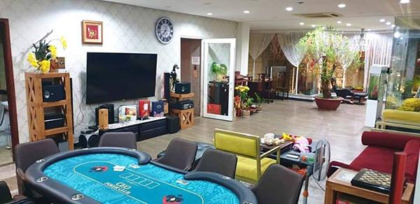 Phòng giải trí thông với phòng khách.