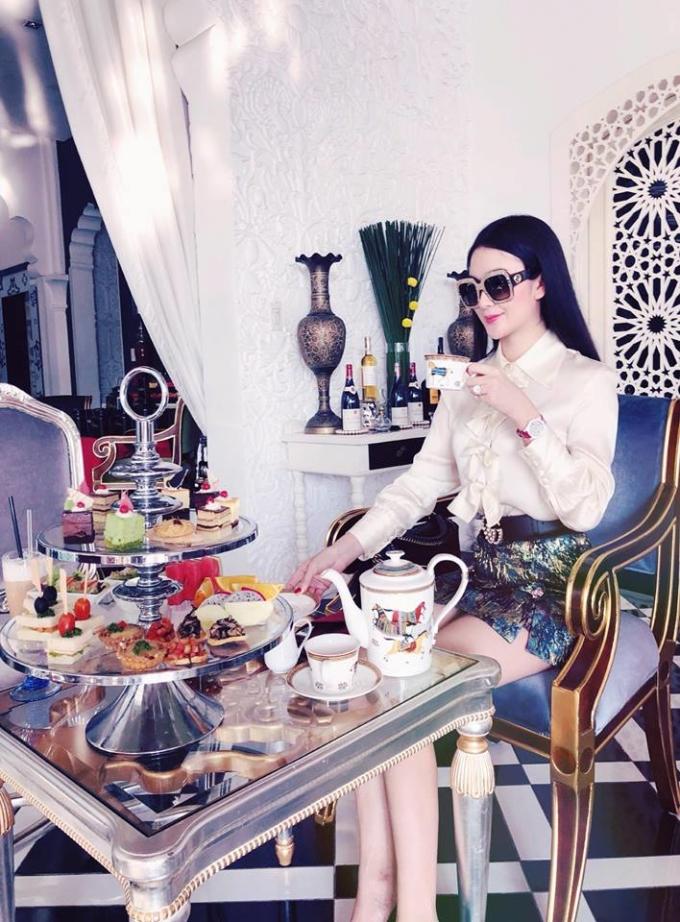 <p> Ngọc Loan xây dựng hình ảnh sang chảnh, tiểu thư khi đi ăn.</p>