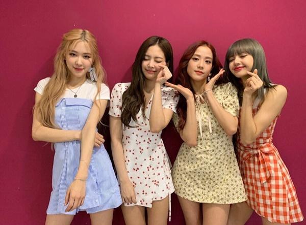 Black Pink diện váy ngắn trẻ trung đậm chất hè. Nhóm cảm ơn Blink vì những kỷ lục view trên YouTube cho ca khúc comeback Kill this love.
