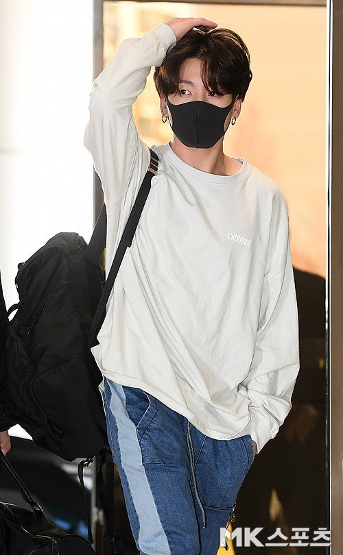BTS luôn gây ấn tượng bởi phong cách thời trang sân bay sành điệu. Tuy nhiên em út Jung Kook lại là thành viên đơn giản nhất. Anh chàng trung thành với những set đồ đen cả cây kèm mũ, khẩu trang trùm kín mít. Tại sân bay Gimpo chiều 5/4 trên đường sang Thái Lan tổ chức concert, Jung Kook xuất hiện với diện mạo hoàn toàn mới.