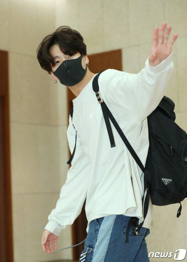 Anh chàng khiến người hâm mộ bất ngờ khi diện set đồ năng động, đúng chuẩn bạn trai nhà bên, gồm áo thun trắng, quần jean jogger.