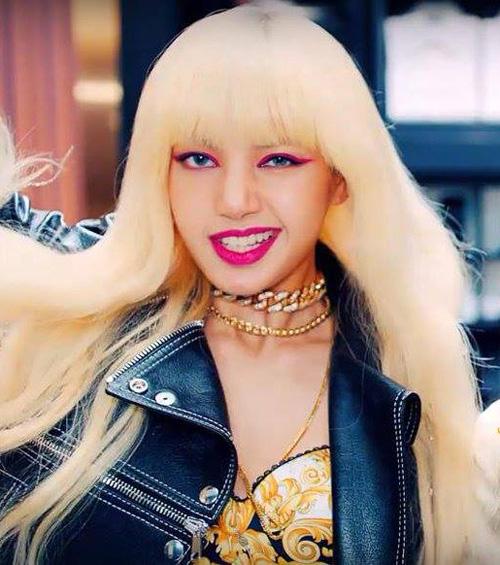 Có gương mặt lai Tây nổi bật cùng phong cách nổi loạn, Lisa luôn là thành viên giúp stylist Black Pink thoải mái thử nghiệm những kiểu mốt táo bạo nhất. Trong MV vừa ra lò, cô nàng một mình một kiểu với lối trang điểm mắt môi đều tô màu hồng tím nổi bật, đối lập với mái tóc vàng hoe.