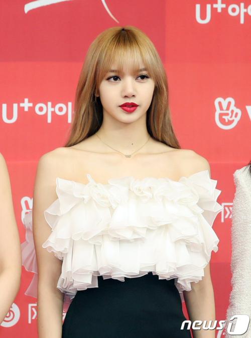 Tô son đỏ tươi, nữ idol được khen ngợi trông như búp bê sống.