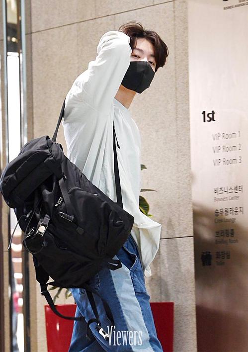 Sự thay đổi bất ngờ ở trang phục và kiểu tóc của Jung Kook đã trở thành chủ đề nóng hổi được fan Hàn và fan quốc tế sôi nổi bàn luận.
