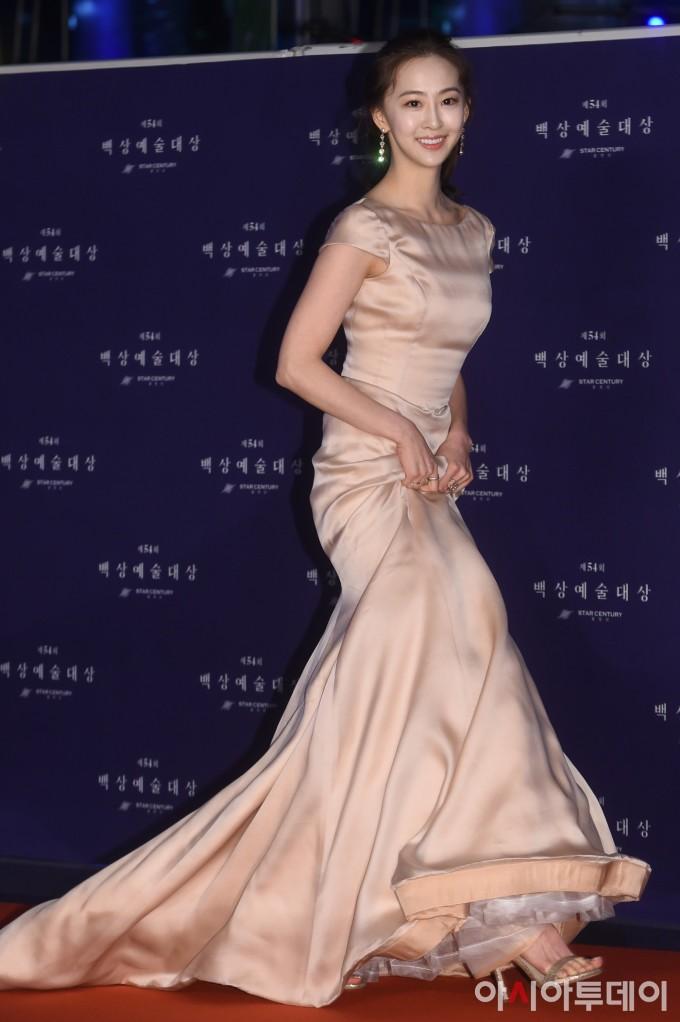 <p> Bộ này của Dasom (cựu thành viên Sistar) được đánh giá cao bởi thiết kế vừa trang nhã vừa lộng lẫy.</p>