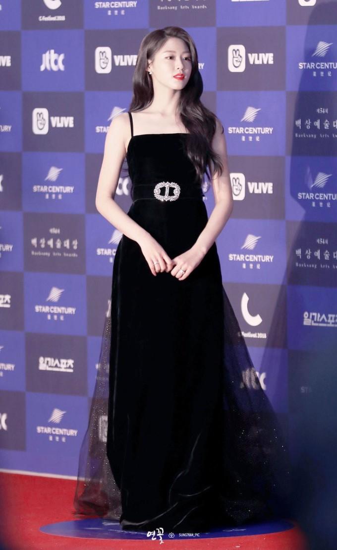 <p> Seol Hyun khoenhan sắc và phong thái sang chảnh như nữ hoàng trong bộ đầm trị giá 20 triệu won. Cô chính là nhân vật chiếm spotlight nhấttại Baeksang 2018.</p>