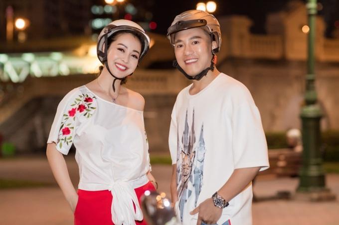 """<p> Châu Khải Phong là khách mời trong chương trình """"Du ký cùng hoa hậu"""" do Jennifer Phạm dẫn dắt. Để hiểu nhau hơn, cả hai dạo phố Sài Gòn bằng xe máy. Sau đó cà phê và ăn tối tại một nhà hàng.</p>"""
