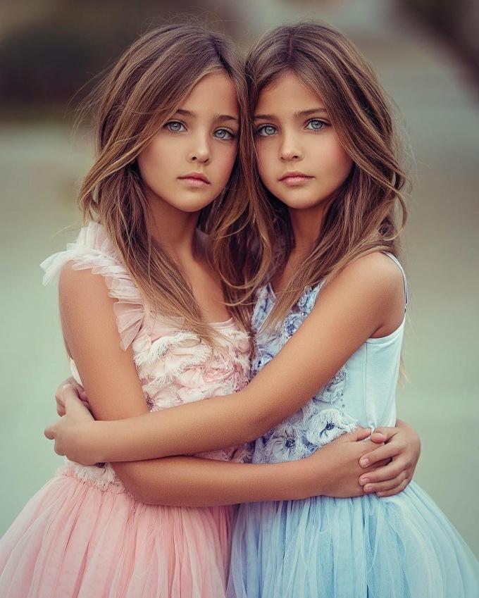 <p> Nét đẹp của cặp song sinh phù hợp với cả thời trang ứng dụng lẫn thời trang cao cấp.</p>
