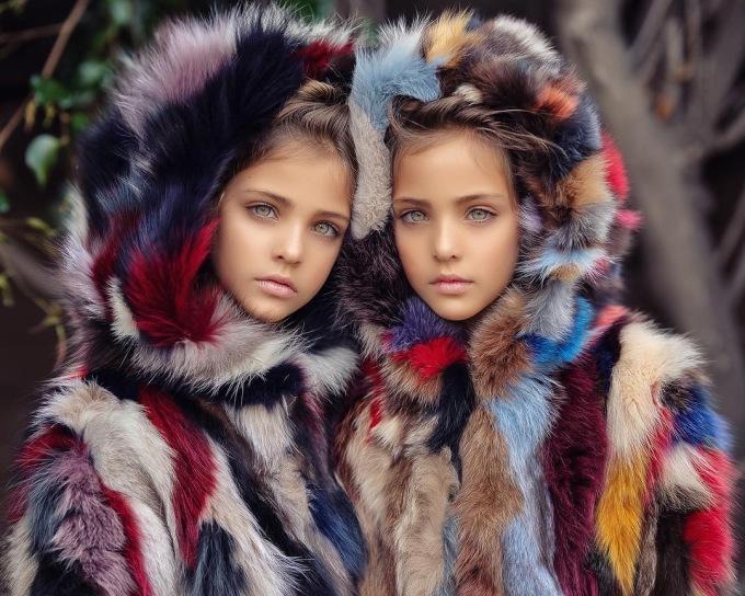 """<p> Hai chị em nhà Clements được mọi người ưu ái gọi với danh xưng """"Cặp song sinh đẹp nhất thế giới"""" nhờ sở hữu nét đẹp lai đáng ghen tỵ.</p>"""