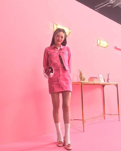 Hình ảnh ngọt ngào này của Sulli khiến netizen thích thú. Nhờ đôi chân dài siêu thực, cô nàng cực hợp với style tất lửng đậm chất nữ sinh.