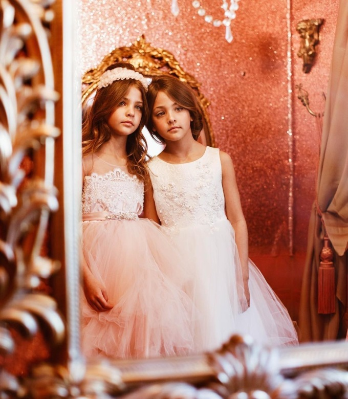 <p> Theo thời gian, nét đẹp của hai cô bé càng hoàn thiện. Họ trở thành gương mặt quen thuộc của các nhãn hàng thời trang trẻ em.</p>