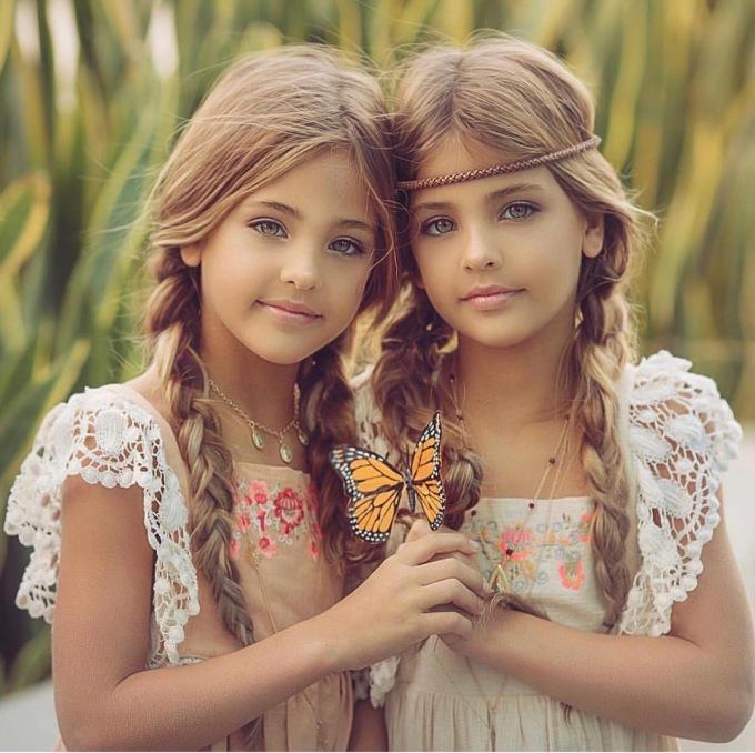 """<p> Nhờ nét đẹp trời ban, hai chị em nhà Clements đã """"dấn thân"""" vào con đường người mẫu khi chỉ mới... 6 tháng tuổi.</p>"""