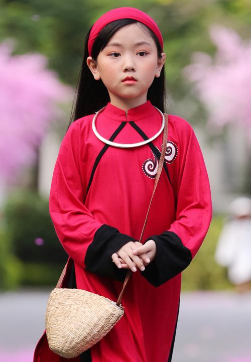 Sĩ Hoàng đã gây được ấn tượng đặc biệt với các thiết kế áo dài dựng lại 4000 năm lịch sử của 54 dân tộc anh em. BST một lần nữa khẳng định đẳng cấp  hàng đầu trong những sáng tạo áo dài của Sĩ Hoàng và nhận về nhiều tràng pháo tay tán thưởng của khán giả theo dõi.