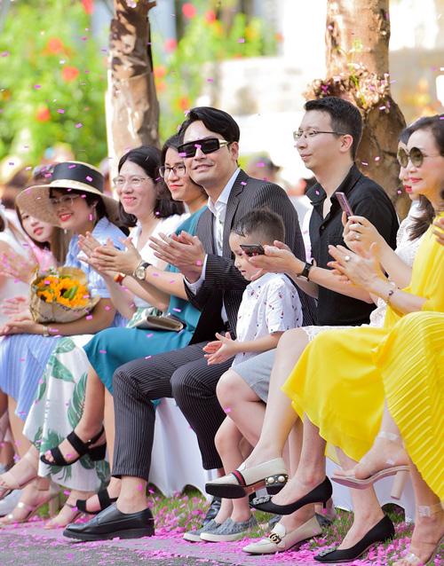 MC Phan Anh góp mặt trên hàng ghế đầu để theo dõi show diễn.