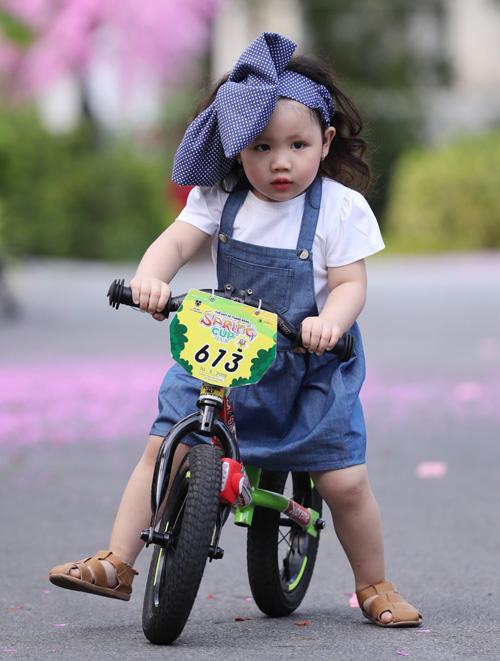 Sàn diễn còn gây chú ý với sự xuất hiện của mẫu nhí 2,5 tuổi, đạp xe đầy đáng yêu. Đây là lần đầu tiên cô nhóc An Hy được trình diễn thời trang.