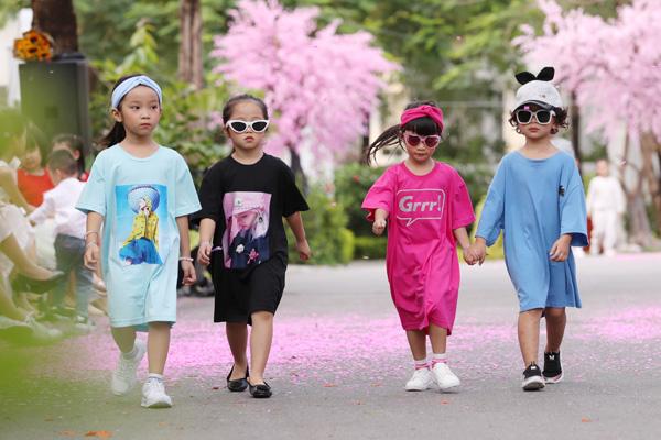 Lần đầu tiên trên sân khấu của Tuần lễ thời trang trẻ em Việt Nam có sự đổ bộ đồng loạt của gần 100 mẫu nhí với phong cách thời trang cá tính, năng động được mix-match giữa trang phục ấn tượng của