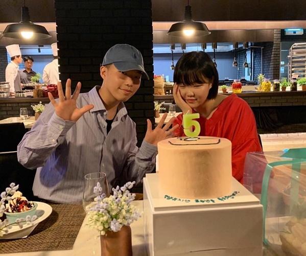 Cặp anh em nhóm Akdong Musician mừng kỷ niệm 5 năm debut.
