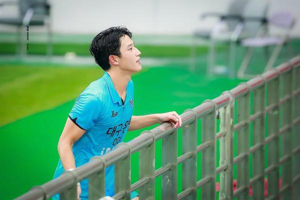 Khuôn mặt này đủ để làm diễn viên luôn rồi ấy chứ, Tim tôi cứ đập thình thích khi thấy Jeong Seong Won chơi bóng. Mồ hôi đầm đìa trông sexy vô cùng luôn, Mỗi lần khuôn mặt Seung Won được phát trên màn hình lớn ở sân vận động là mọi người xung quanh tôi lại ồ lên, cầu thủ bóng đá thôi có cần đẹp trai vậy không, liên tục những bình luận được để lại.