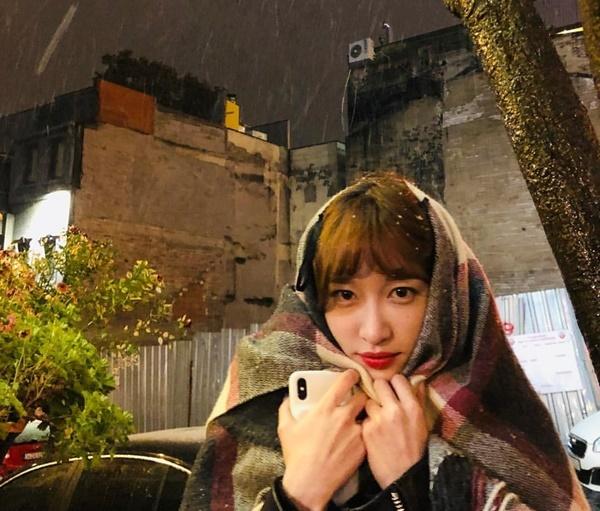 Hani hóa cô gái trùm khăn kẻ ô với khuôn mặt đáng thương.