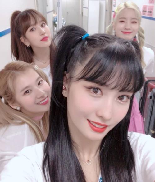 Các cô gái Twice tíu tít tự sướng trong hậu trường concert ở Nhật. Momo và Sana cột tóc hai bên kiểu học sinh cấp một, Da Hyun tết tóc đuôi sam xì tin còn Mina buộc tóc đuôi ngựa nhí nhảnh.