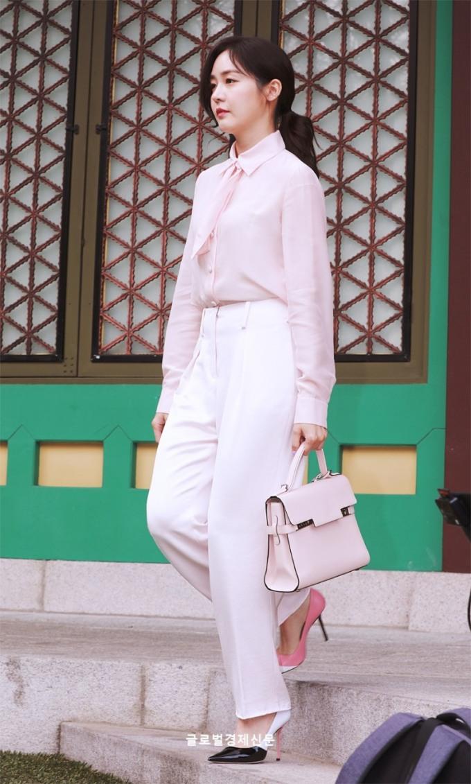 <p> Idol thế hệ thứ nhất Sung Yuri xuất hiện với set đồ hồng ngọt ngào.</p>
