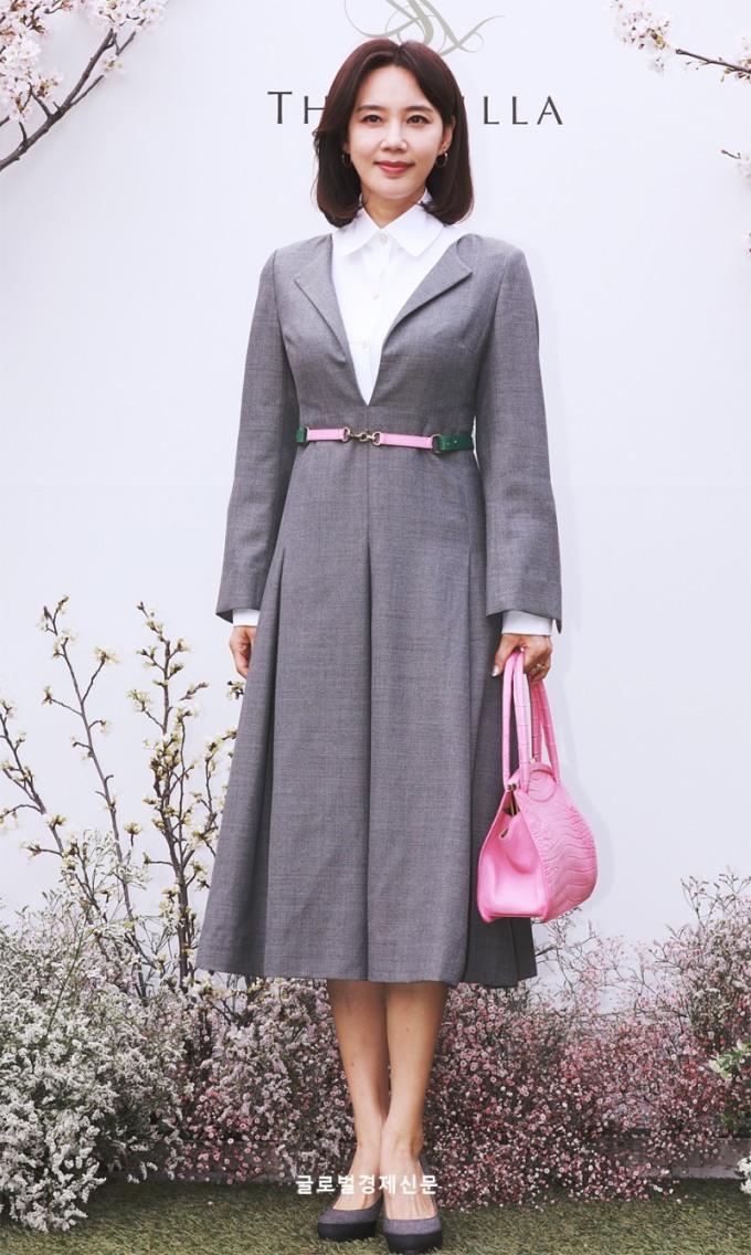 <p> Oh Hyun Kyung sử dụng loạt phụ kiện tông hồng, phù hợp với khung cảnh trang trí ở đám cưới.</p>
