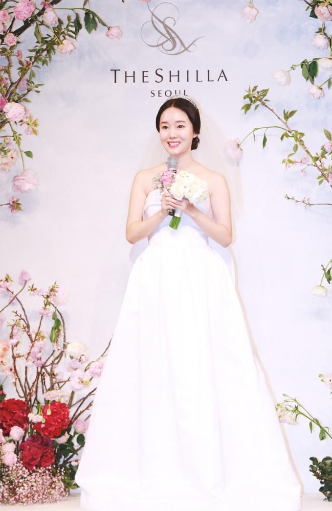 <p> Ngày 7/4, nữ diễn viên Lee Jung Hyun tổ chức lễ cưới ở khách sạn nổi tiếng The Shilla. Cô giữ kín danh tính chú rể vì anh không phải là người nổi tiếng. Lee Jung Hyun xuất hiện một mình ở buổi họp báo.</p>