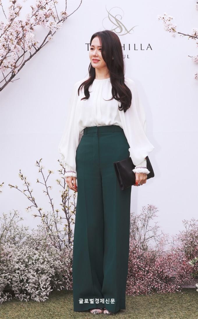 <p> ''Chị đẹp'' Son Ye Jin chọn kiểu quần giúp ''kéo dài chân''.</p>