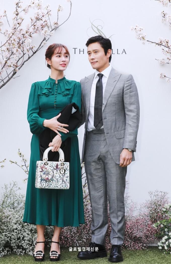 <p> Cặp vợ chồng Lee Min Jung - Lee Byung Hun sánh đôi ngọt ngào trong lễ cưới.</p>