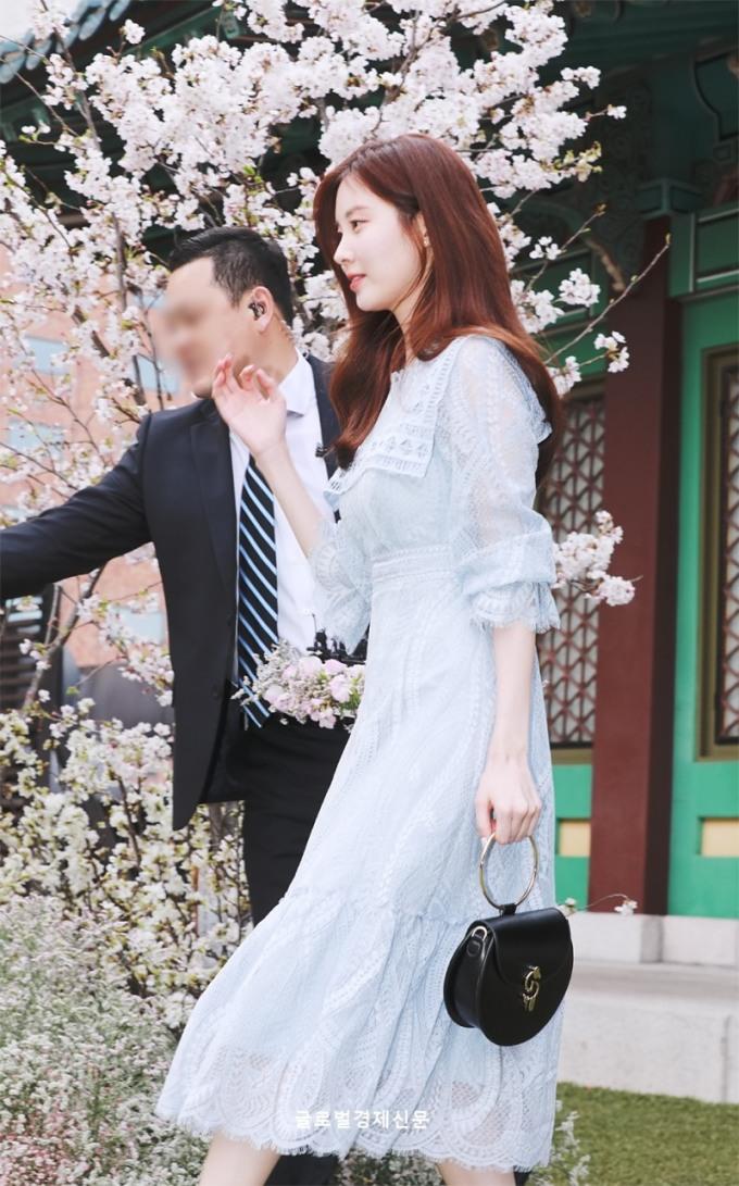 <p> Ảnh chụp báo của Seo Hyun cũng đẹp như trong một cảnh phim. Nữ ca sĩ bước đi dưới cây hoa anh đào. Fan ca ngợi Seo Hyun có hình tượng ''người thừa kế'' dù không cần lúc nào cũng khoác hàng hiệu lên người.</p>