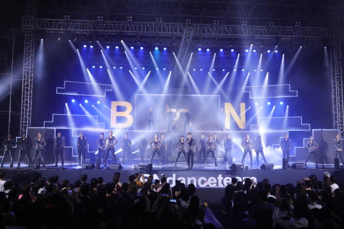 <p> Ngày 7/4, liveshow <em>Bước Nhảy's Night </em>diễn ra ở TP HCM. Sự kiện được vũ đoàn Bước Nhảy ấp ủ suốt gần 2 tháng qua để kỷ niệm 15 năm hoạt động. Họ xuất hiện hoành tráng trước hàng nghìn khán giả với đội hình hàng chục dancer điển trai, xinh gái. Đây là vũ đoàn đầu tiên ở Việt Nam làm liveshow.</p>