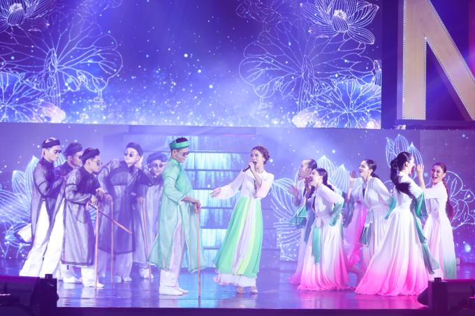 """<p> Yến Trang cùng vũ đoàn trình diễn trong một bài múa dân gian đương đại qua bản mash-up """"Em đi chùa Hương"""" và """"Thiên duyên tiền định"""".</p>"""