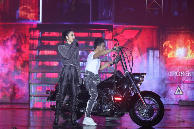 <p> Đông Nhi là người gắn bó với Bước Nhảy nhiều năm qua. Cô xuất hiện trên sân khấu với hình ảnh mạnh mẽ, cá tính.</p>