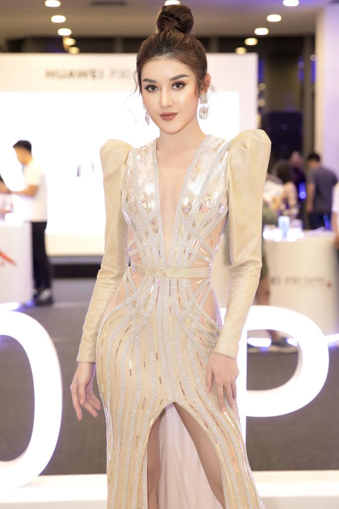 <p> Tại sự kiện, thiết kế với những đường cắt xẻ táo bạo giúp Á hậu Việt Nam 2014 khoe được thân hình gợi cảm.</p>