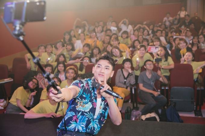 <p> Nam ca sĩ nhiệt tình chụp ảnh khi kết thúc chương trình.</p>