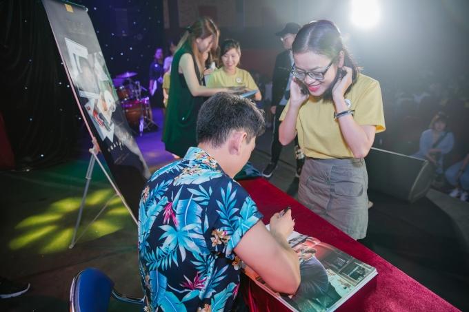 <p> Buổi ký tặng diễn ra trong không khí sôi động với sự tham gia của đông đảo khán giả.</p>