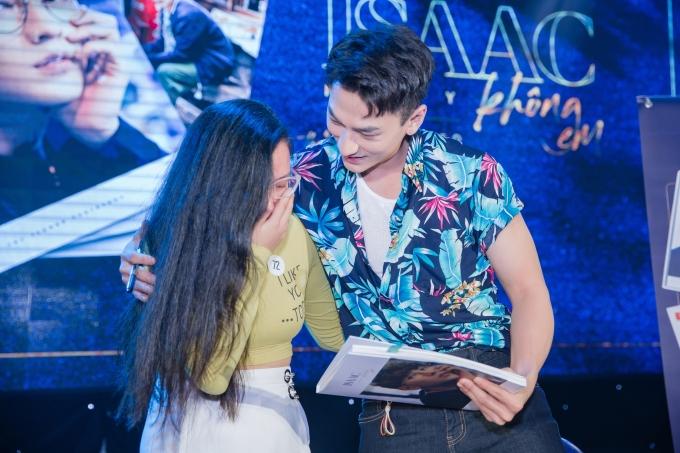 <p> Isaac khiến fan nữ rung rinh, xúc động bật khóc khi trao những cái ôm ấm áp.</p>