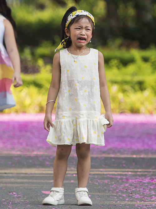 Lần đầu tiên trình diễn thời trang trước rất đông người, cô nhóc này không khỏi hồi hộp và lo lắng. Được sự trợ giúp, mẫu nhí đã hoàn thành phần catwalk. Hình ảnh đầy tự nhiên này khiến không ít khán giả bật cười vì sự đáng yêu.