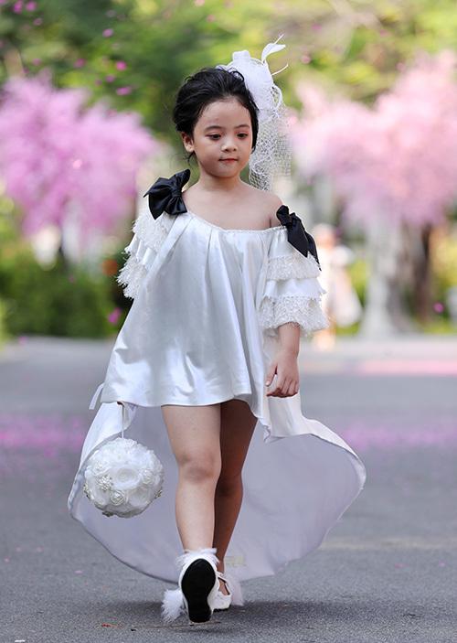 BST bao gồm các thiết kế váy công chúa nhẹ nhàng bay bổng, mang đến hình ảnh những thiên thần nhỏ xinh xắn, đáng yêu.