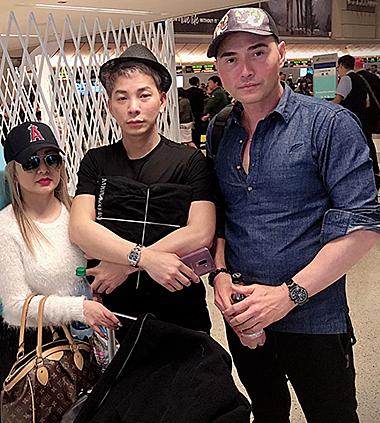 Andy Thái (thứ hai từ phải qua)ôm chặt di ảnh Anh Vũ.