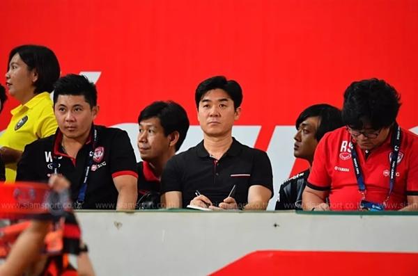 Ông Yoon Jong-hwan (giữa) theo dõi các cầu thủ thi đấu.